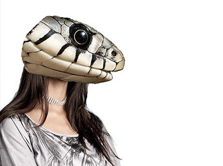 Figura femenina con cabeza de serpiente