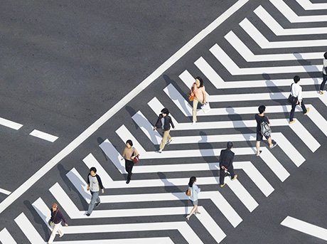 Paso de peatones con flechas de dirección que guía al peatón
