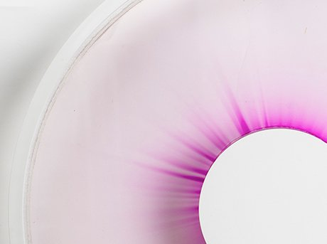Reloj que usa un líquido con rayos ultravioleta y la decoloración