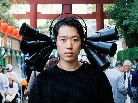 Auriculares compuestos por micrófonos y altavoces superdireccionales