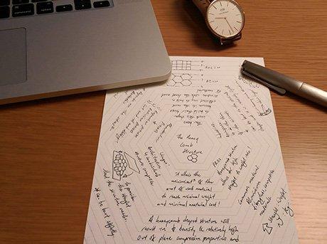 Bloc de notas con ideas escritas sobre mesa de madera