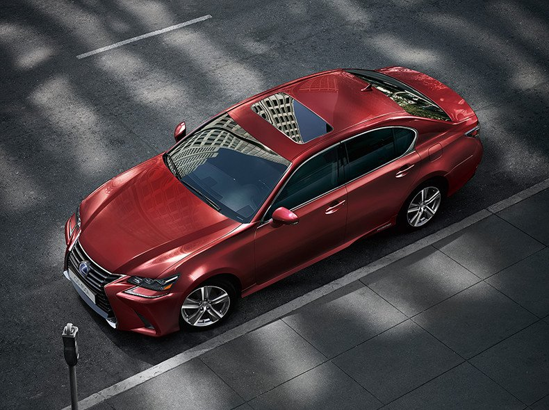 Vista cenital del GS 450h color rojo con techo de cristal