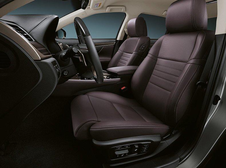 Vista detalle interior del tapizado en cuero marron del GS 450h
