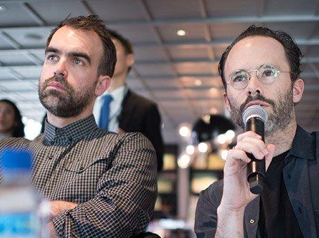 Fundadores de Snarkitecture explicando su proyecto en evento
