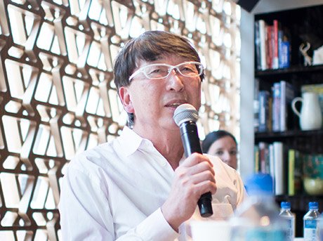 Toyo Ito hablando para los participantes de los premios Lexus