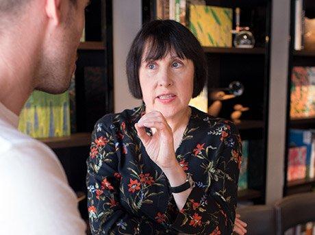 Alice dialogando con Max Lamb sobre algunos de los diseños