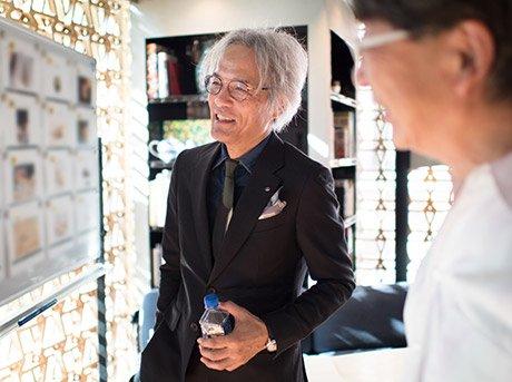 Yoshihiro Sawa observando diapositivas de proyectos
