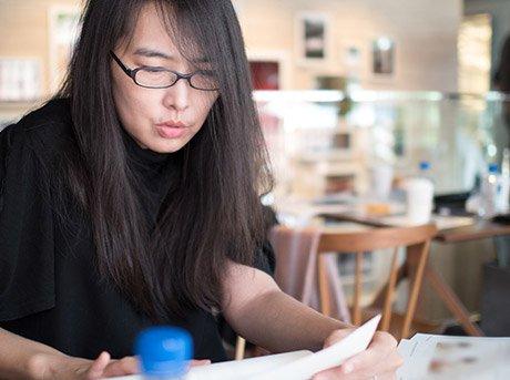 Rosana revisando sus notas de diseño en su estudio