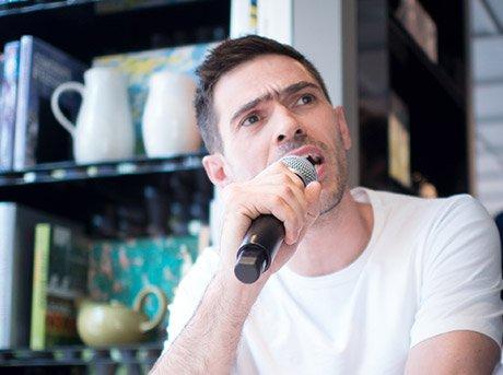 Max Lamb dando una charla durante un evento