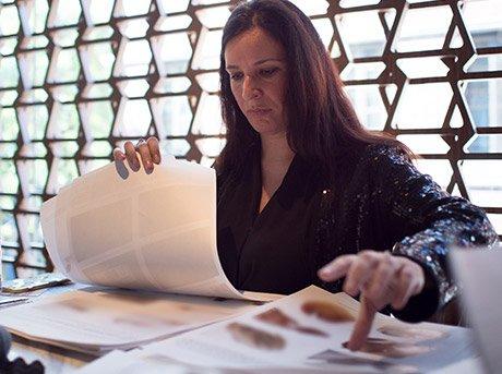Elena Manferdini seleccionando diseños en mesa de estudio