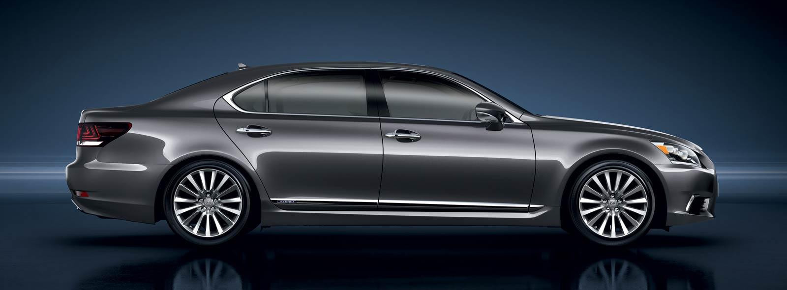 Vista lateral del Lexus LS 600h L gris sobre fondo virtual