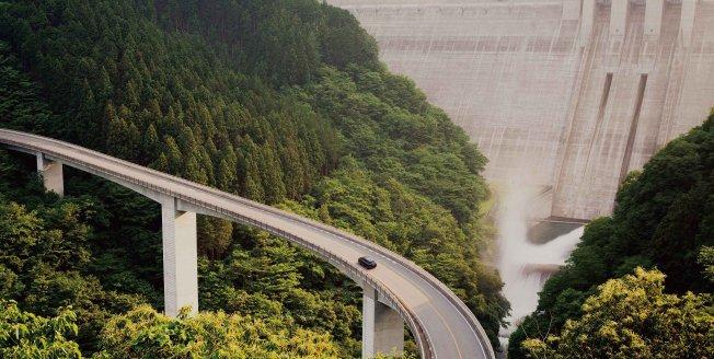 La enorme presa de Takizawa al este de Japón