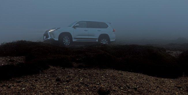 El Lexus LX surge de la niebla al alba en la montañosa prefectura Gunma en Japón