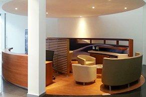 Vista general del area de recepción y espera de clientes en Asturias