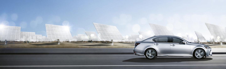 GS 300h color plata atravesando campo de placas solares