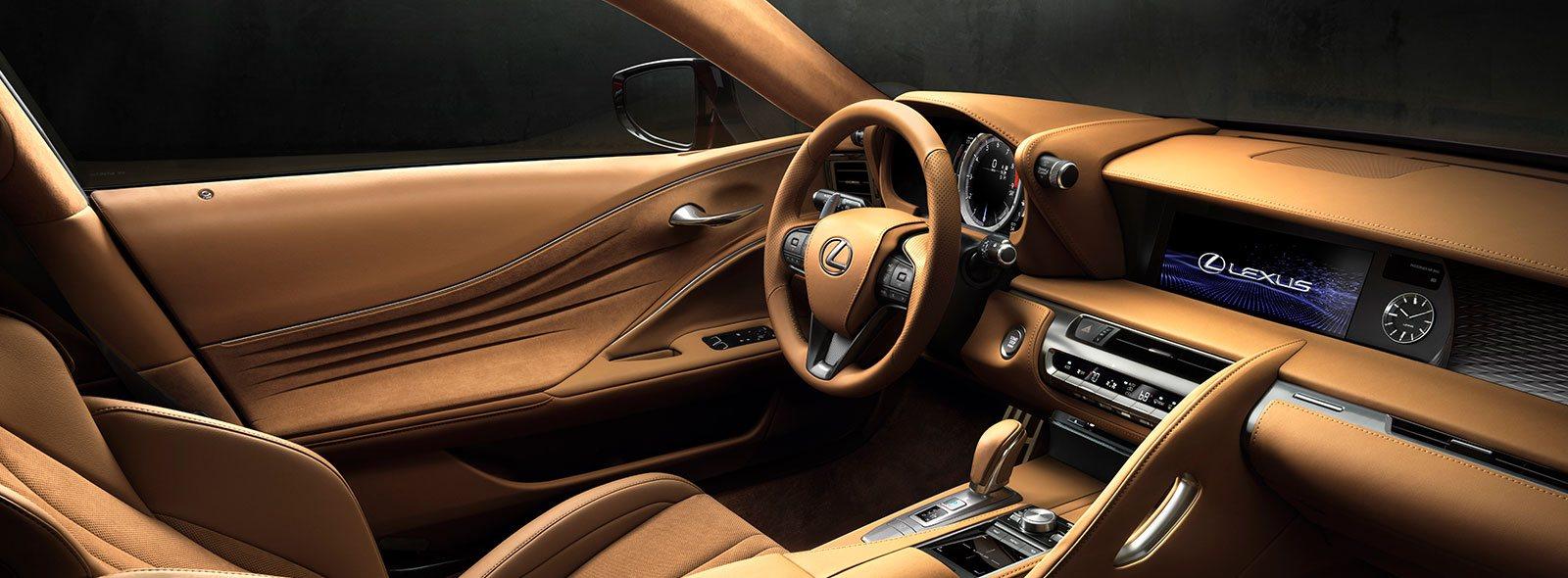 Vista interior de asientos de cuero marron del LC 500