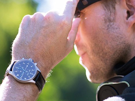 Hombre con reloj y cascos Lexus