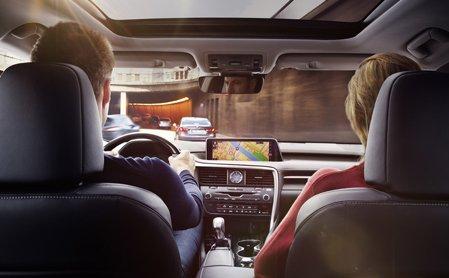 Vista interior de coche del panel central y pareja