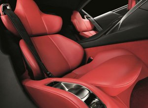 Vista detalle de asiento de cuero rojo