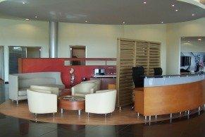 Vista general del area de espera y recepción de clientes en Logroño