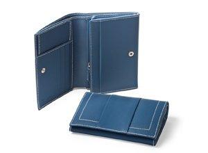 Vista detalle de billetera de mujer en piel color azul
