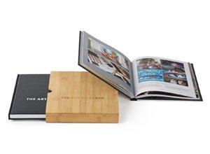 Libro conmemorativo por 25 años de Lexus en caja de bambú