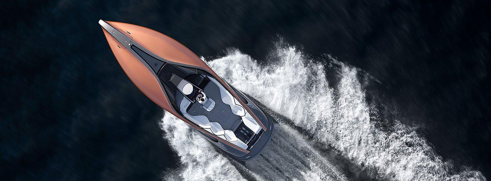 Vista cenital del yate color naranja en el mar