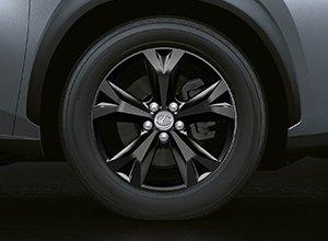 Vista en detalle de la llanta de aleación de 18 pulgadas del Lexus NX 300h Sport Edition