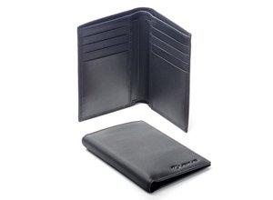 Vista detalle de cartera de caballero en piel color negro