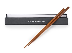 Vista detalle de palillos chinos en madera con logos grabados