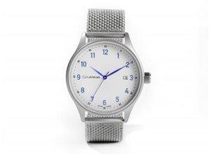 Vista detalle de reloj clásico plateado con correa metálica