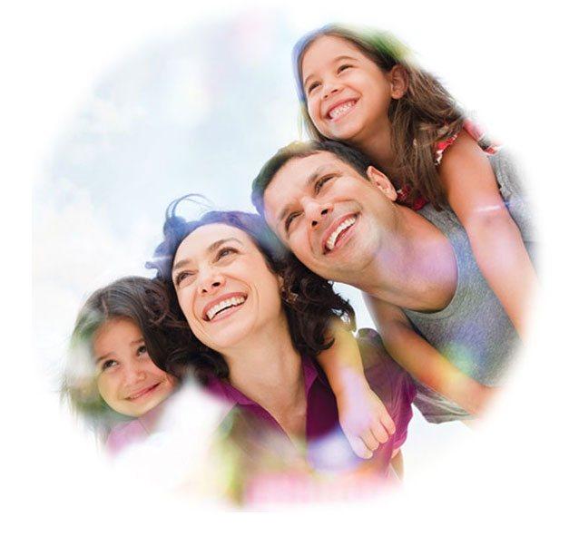Familia unida disfrutando del momento y sonriendo