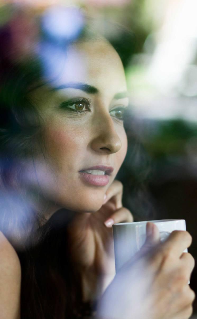 Mujer disfrutando del momento y el cafe