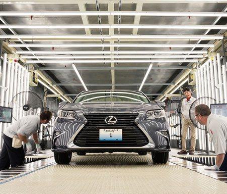 Técnicos de Lexus haciendo comprobaciones en la cadena de montaje