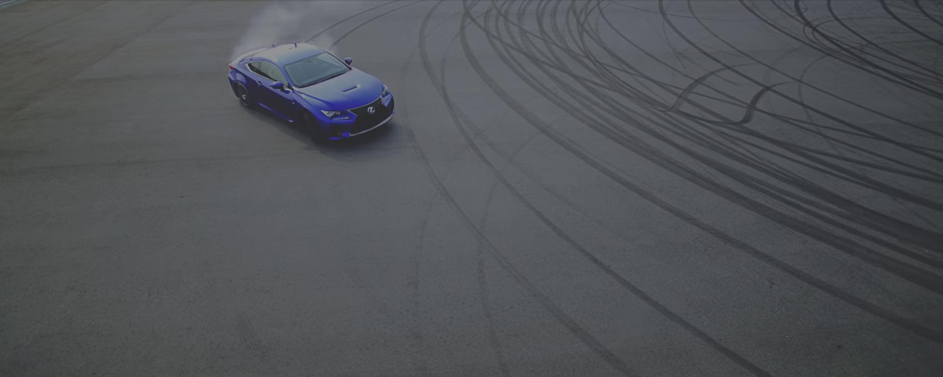 Vista superior de coche en circuito