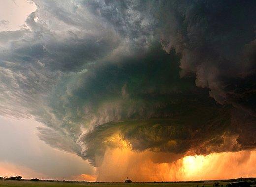 Impresionante escena de tormenta descargando sobre campo