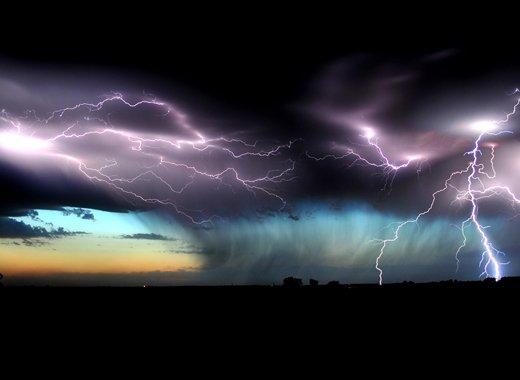 Plano general de tormenta descargando al anochecer