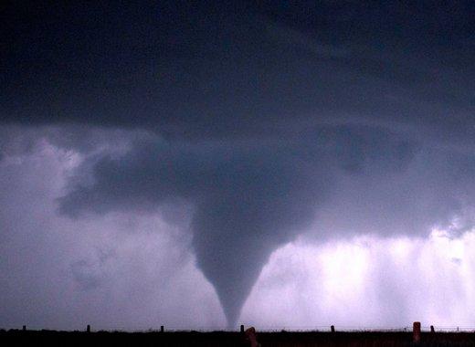 Gran plano general de tormenta y tornado al anochecer