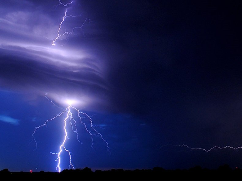 Escena de video de un rayo cayendo durante una tormenta