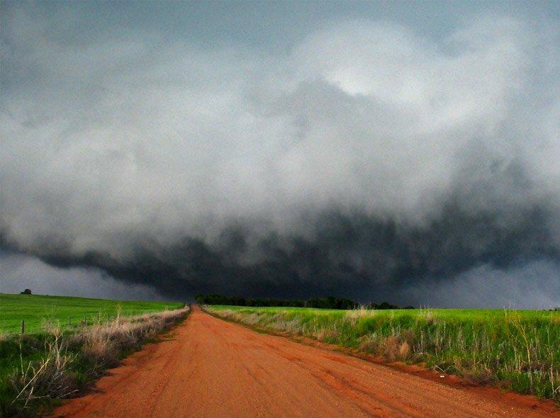Escena de tormenta descargando sobre campo