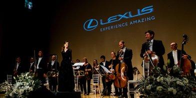 Vista general de Inma Shara junto a la orquesta en el concierto Lexus