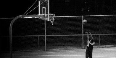 Vista lateral del protagonista de Game jugando al baloncesto