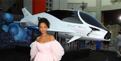 Vista frontal de Rihana junto a Skyjet de Valerian