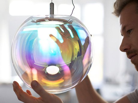 Iris es una lámpara de vidrio soplado hecha a mano con recubrimiento brillante e iridiscente