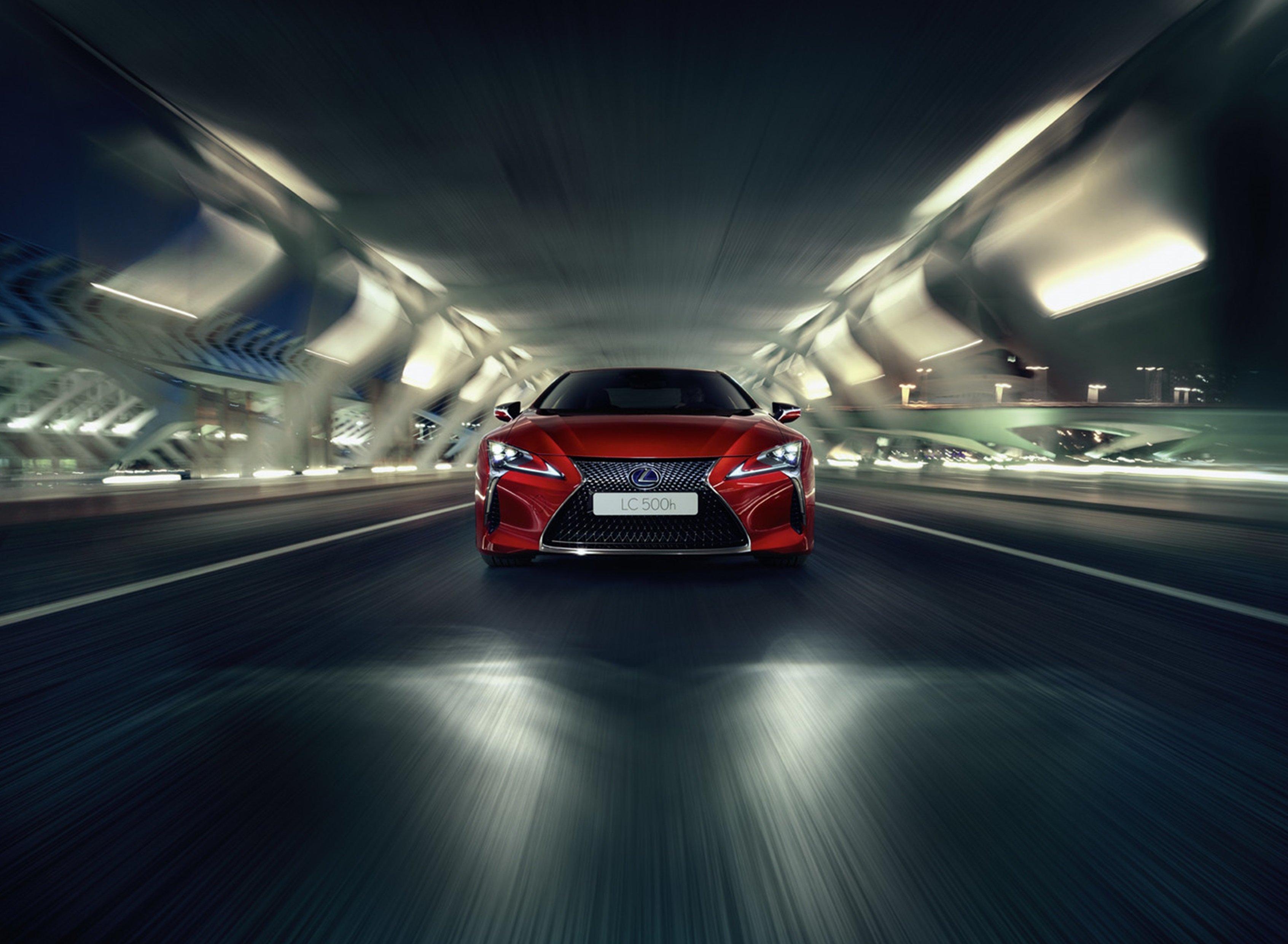 Vista frontal del nuevo Lexus LC 500h rojo durante su conducción en un túnel