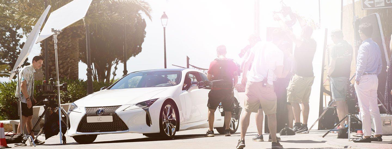 Vista lateral frontal del Lexus LC 500h blanco durante la grabación de su campaña de lanzamiento