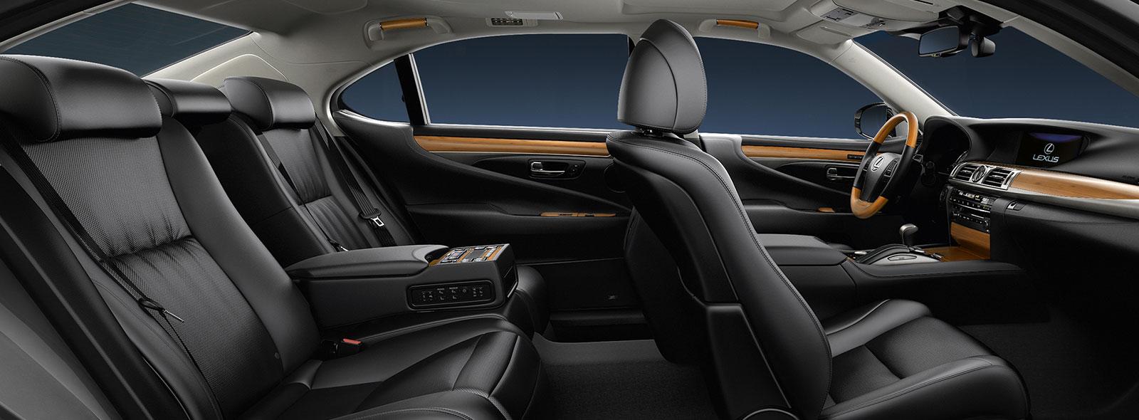 Vista interior de asientos de piel negra del Lexus LS 600h L
