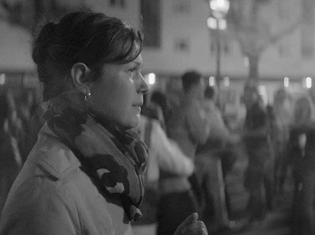 Imagen lateral de la protagonista del corto Friday Night de Alexis Michalik