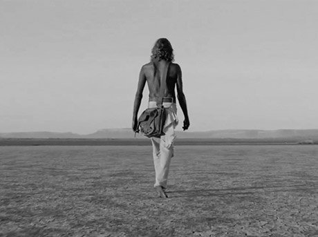 Vista trasera del protagonista del corto Messiah de Damian Walshe Howling