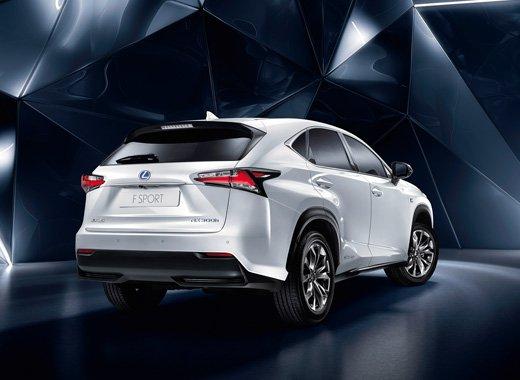Vista trasera tres cuartos de modelo NX 300h color blanco